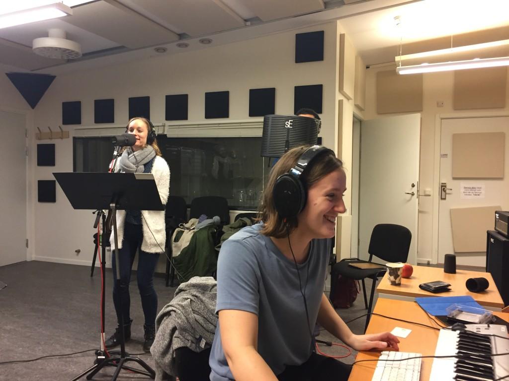 Elin Holm (Modern) med ljudproducent Alice Hernqvist